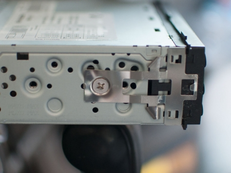 remove-hyundai-tucson-mp3-01-radio-with-removal-tool-side-view-of-radio